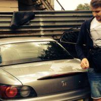 Перетюнинговал: в Москве спорткар завис на лежачем полицейском