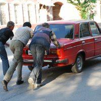 Угонщикам пришлось толкать сломавшийся автомобиль через весь город