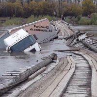 18611 Большегруз обрушил автомобильный мост в Кемерово