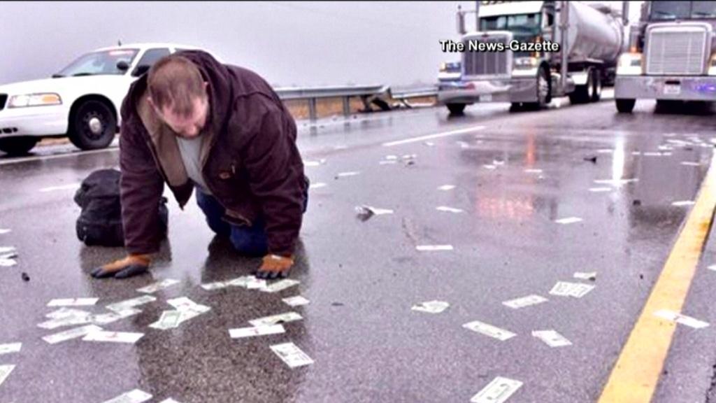 19786 В США на трассе перевернулся пикап полный денег: дорогу засыпало долларами