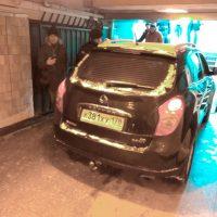 20114 Пенсионер въехал в подземный переход метро на кроссовере, чтобы испытать машину