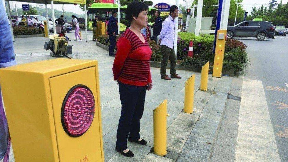 Китайские власти придумали, как опозорить пешеходов-нарушителей