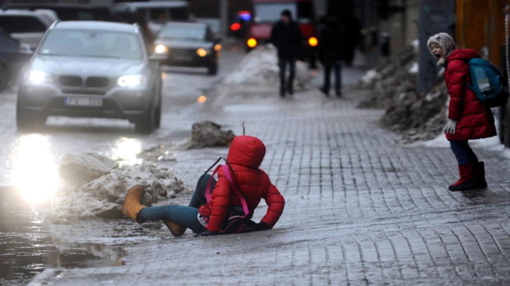 20537 Москвичей попросили не менять зимние шины на летние
