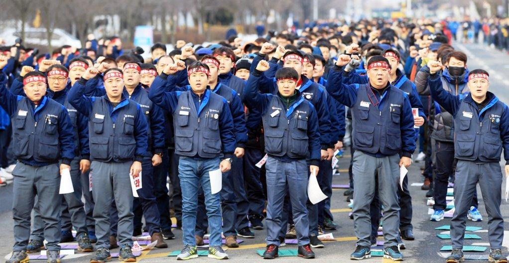 20596 Мятеж на корейском автозаводе: рабочие штурмуют центральный офис