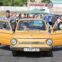 21046 17 человек тебе в «Запорожец»! Украинцы поставили ультрарекорд по вместимости