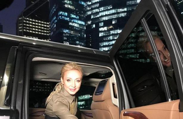 20926 Шестилетняя внучка Аллы Пугачевой водит Mercedes