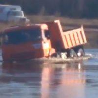 Водитель утопил самосвал в разлившейся реке (видео)