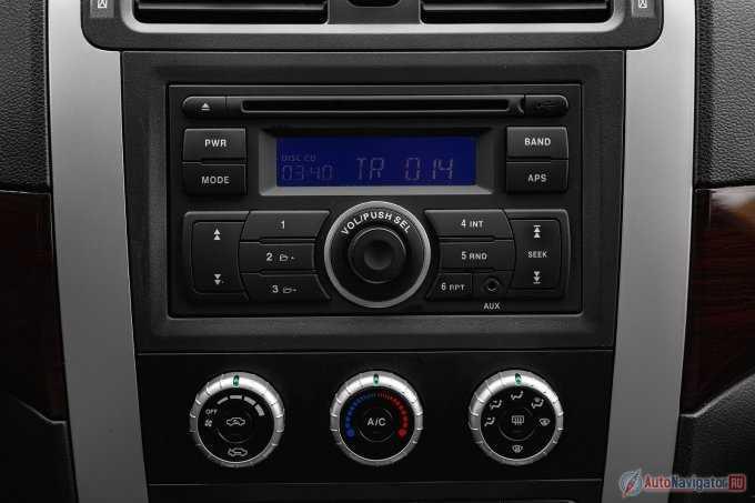 Магнитола, блок управления кондиционером и кнопки переключения полного привода и «понижайки»
