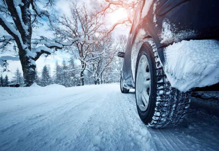 «Липучка» или шиповка: у какой зимней резины короче тормозной путь?