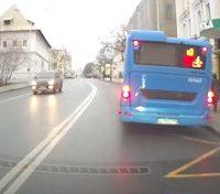 Что делать, если автобус стоит на остановке: можно ли объезжать по сплошной?