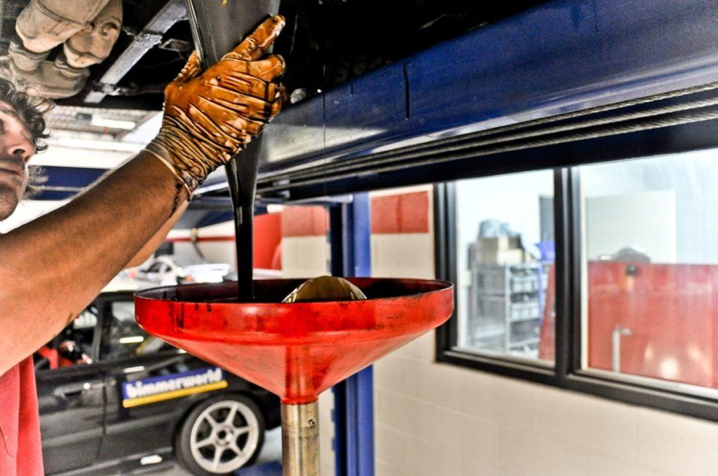 Когда менять моторное масло, чтобы не убить двигатель?