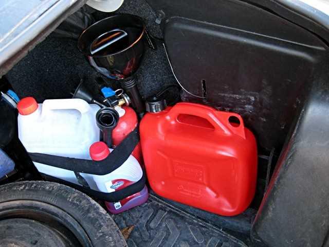 Какие жидкости бывалые водители обязательно возят с собой в машине