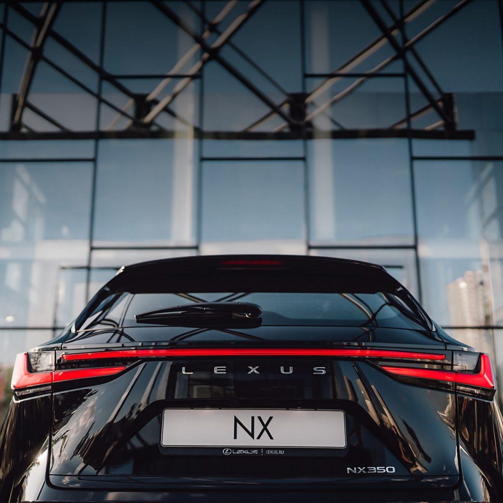 Lexus раскрыл комплектации нового компактного кроссовера для России